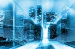 都市创新和信息技术概念 两次曝光 有输电线的抽象蓝色数字式城市和 库存例证
