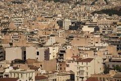 都市化概念 密集的市区在希腊,欧洲 许多轻的大厦站立接近中的每一其他 密集 图库摄影