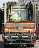 都市卫生卡车在固体废料时的汇集 免版税图库摄影