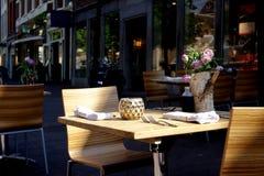 都市咖啡馆的表 库存照片