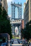 都市场面在有曼哈顿桥梁的布鲁克林在他结束n 免版税库存照片