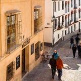 都市场面,一条街道的看法在格拉纳达,南西班牙 免版税库存照片