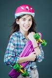 都市场面,城市生活 准备好乘坐在街道 滑板体育爱好 夏天活动 有便士的行家女孩 库存照片