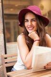 都市女孩微笑 免版税库存图片