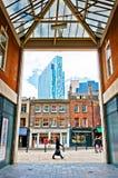 都市对比在Shoreditch区,伦敦 免版税库存照片