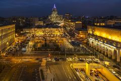 都市屋顶、天际线和夜交易 库存图片