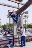 都市工作者在奥林匹克口岸附近花费修理工作 库存照片