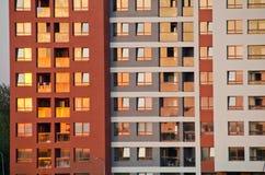 都市房子外部在晚上阳光下 库存图片