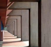 都市抽象的背景 长的现代柱廊相似与一个隧道,有侧灯的 库存图片