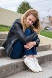都市摆在的雍美丽的女孩 免版税库存照片