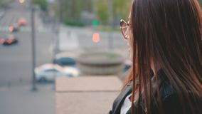 都市生活深色的夫人市中心街道视图 股票录像