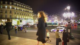 都市生活,走横跨被阐明的正方形,在街道的城市交通的人们 股票录像