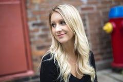 都市的年轻白肤金发的妇女 库存照片
