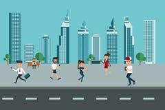 都市的横向 使用智能手机的摩天大楼和人们 免版税库存照片
