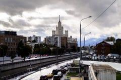 都市的横向 河Yauza和它的堤防在雨天,莫斯科,俄罗斯的看法 免版税库存照片