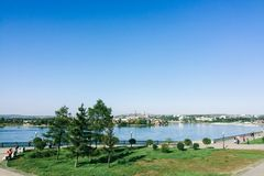 都市的横向 蓝色安加拉河在伊尔库次克  免版税库存图片