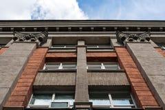 都市的结构 结构上大厦详细资料屋顶 对砖瓦房门面的上部的低角度视图 免版税库存照片