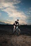 都市的骑自行车的人 图库摄影