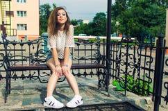 都市背景的时髦行家女孩 库存照片
