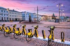 都市自行车在中央赫尔辛基 图库摄影
