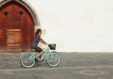 都市自行车的乘驾 免版税库存照片