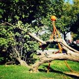 都市艺术形式-减速火箭的过滤器 金属化拿着下落的树-葡萄酒作用的图 库存照片