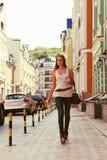 都市街道的少妇 免版税库存图片