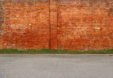 都市街道背景 老砖墙、草线和柏油路 免版税图库摄影