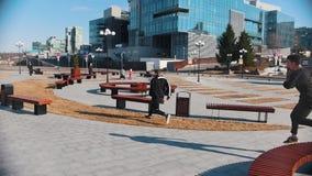 都市街道 跑在公园和克服长凳的两个人 股票录像