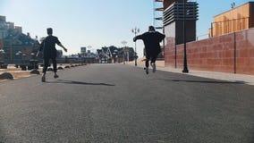 都市街道 跑在街道上和做把戏的两个人 股票视频