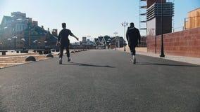 都市街道 跑在街道上和同步做把戏的两个人 股票录像