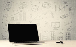 都市销售图表和膝上型计算机在书桌上 免版税图库摄影