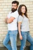 都市青年时期在日期 偶然会议 在爱的偶然夫妇 男朋友和女朋友浪漫日期 有胡子的人和女孩 库存照片