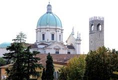 都市风景与巴洛克式的大教堂`中央寺院nuovo `新的圆顶17世纪 免版税库存照片