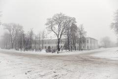 2010年都市风景俄国1月莫斯科冬天 积雪的路,空的街道,树的剪影 库存图片