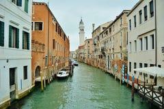 都市风景倾斜老塔威尼斯的意大利 库存图片