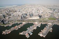 都市风景单桅三角帆船迪拜旧港口 库存照片