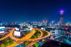 都市风景和交通在晚上在曼谷,泰国 库存照片