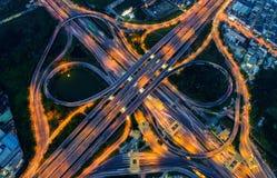 都市风景和交通鸟瞰图在高速公路在晚上 免版税库存图片