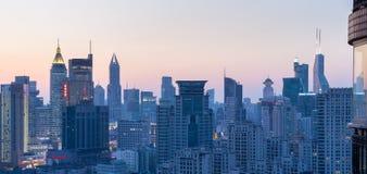 都市风景和地平线在黄昏 免版税库存图片