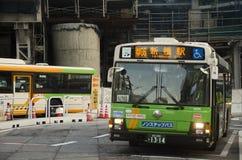 都市风景和日本人驾驶在交通路的公共汽车并且停止 库存图片