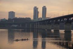 都市风景和独木舟沿汉江在汉城黄昏的 库存照片