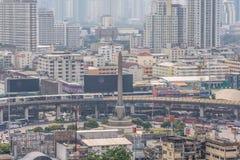 都市风景和胜利纪念碑在曼谷泰国 免版税库存照片