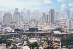 都市风景和胜利纪念碑在曼谷泰国 图库摄影