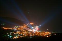 都市风景在与烟花的晚上 免版税库存图片
