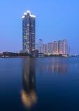 都市风景在暮色时间的河视图。 库存图片