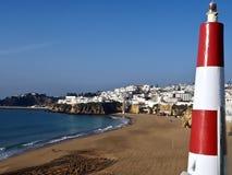 都市风景在阿尔布费拉在有一座小灯塔的葡萄牙 免版税图库摄影