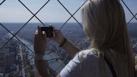 都市风景妇女照相与智能手机的 股票视频