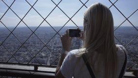 都市风景妇女照相与智能手机的 影视素材