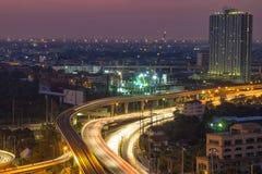 都市风景显示那的运输系统供给在b的夜生活动力 免版税图库摄影